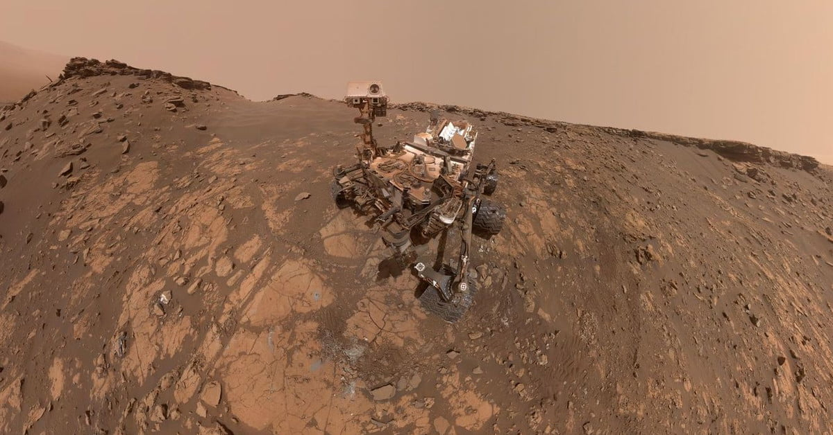 Road trip: NASA's Curiosity rover sets off across surface of Mars